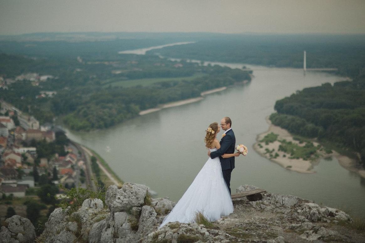 svadbny portret s vyhladom na Dunaj.