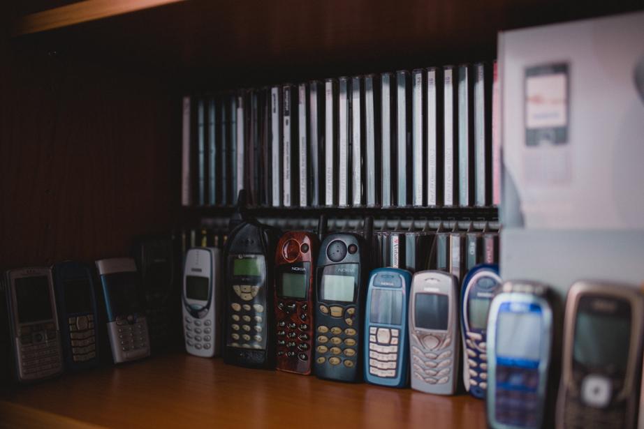 zbierka starych mobilnych telefonov